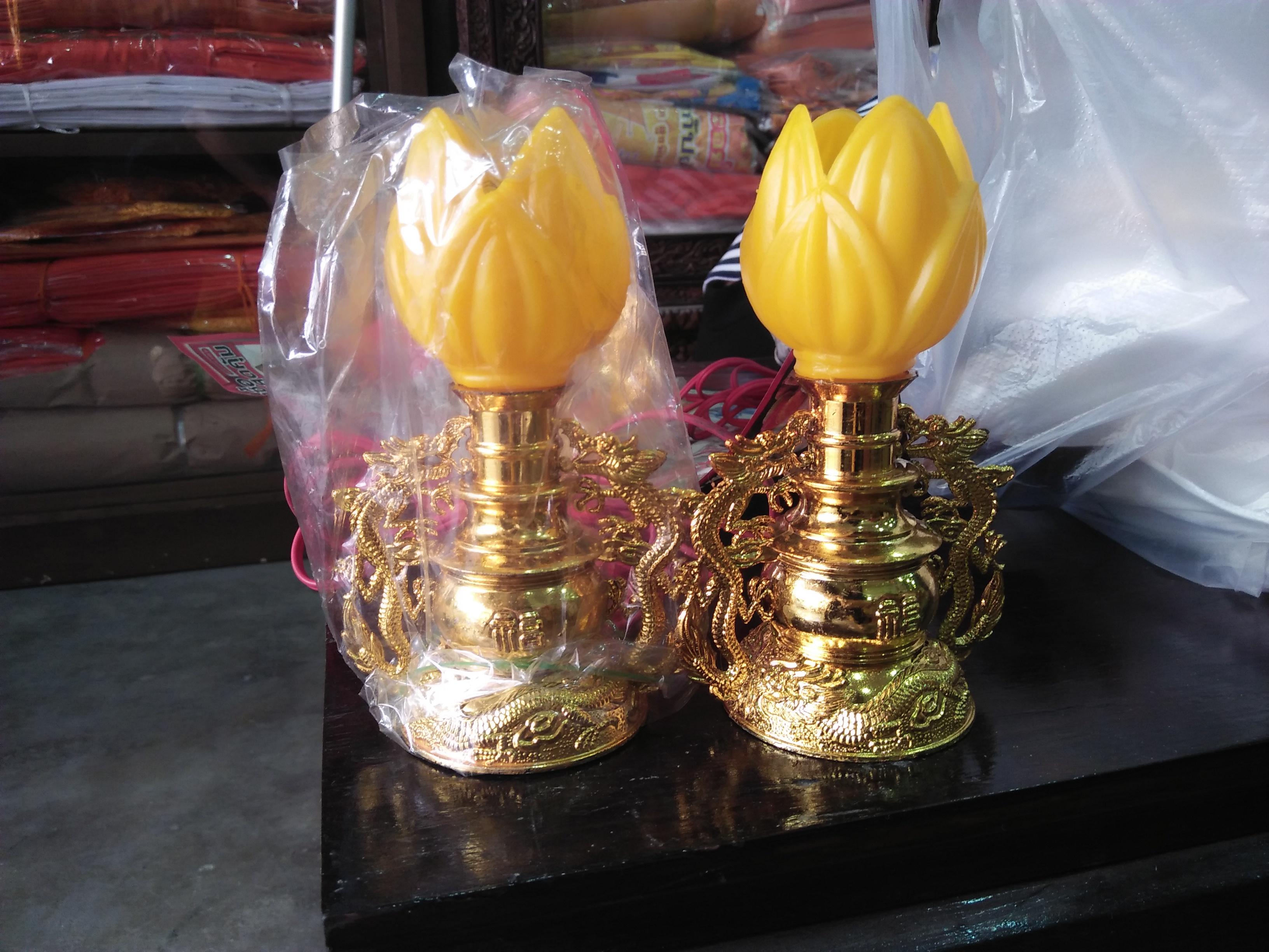 เชิงเทียนไฟฟ้า ทรงดอกบัวสีเหลือง ฐานเป็นซุ้มมังกรคู่สีทอง
