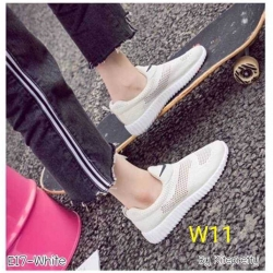 รองเท้าแฟชั่น หุ้มส้น by Kitepretty สีขาว / สีดำ / สีชมพู